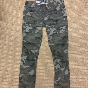 Camo print skinny pants